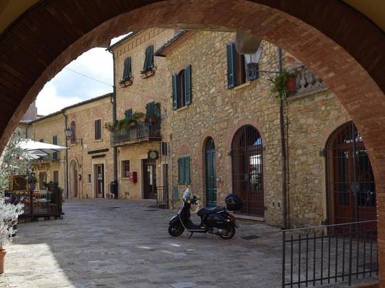 Casale Marittimo - Via Giusto Cancellieri - Toskana (I) - Vespa GTS 300