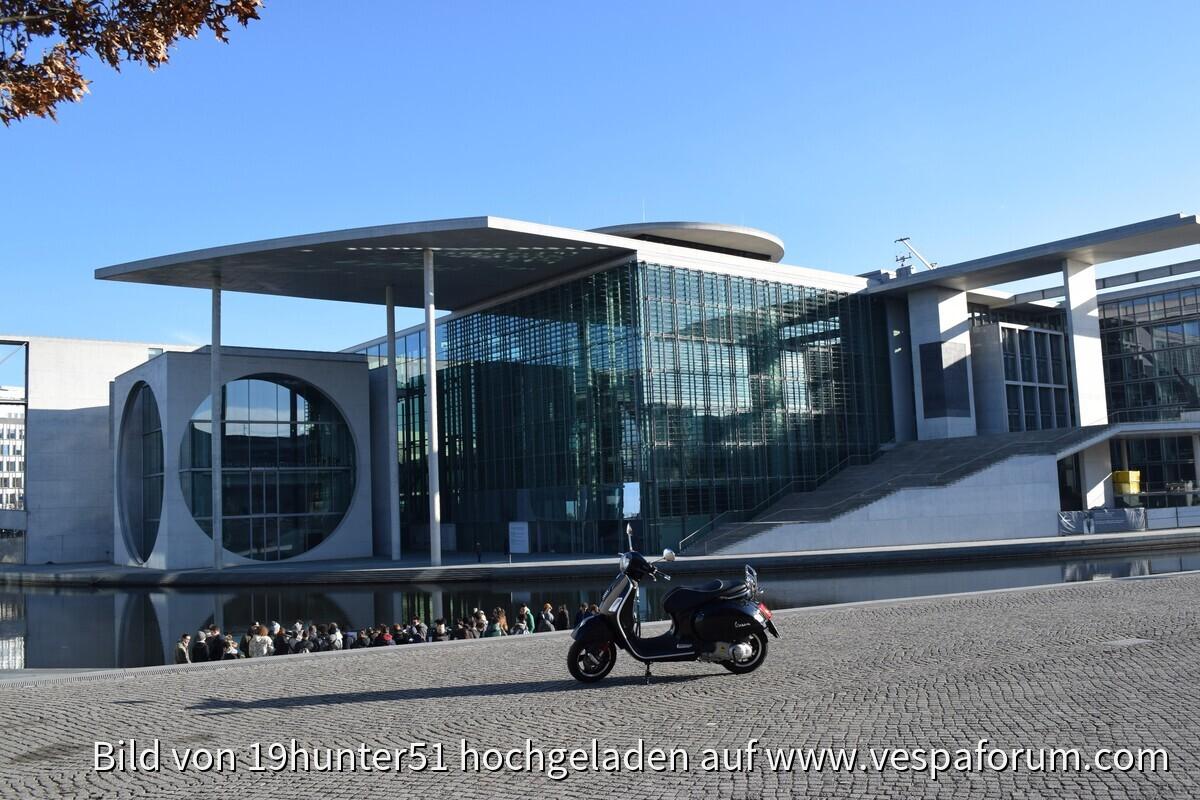 Berlin, Regierungsviertel, im Hintergrund Spree und Marie-Elisabeth-Lüders-Haus - Vespa GTS 300