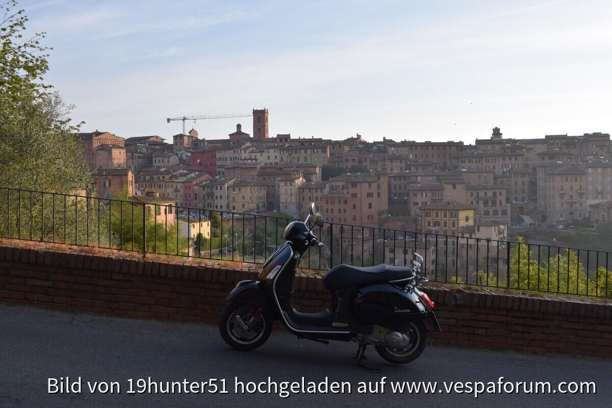 Siena, Italien, Toskana - Vespa GTS 300