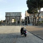 Konstantinsbogen und Kolosseum in Rom (Italien) - Vespa GTS 300