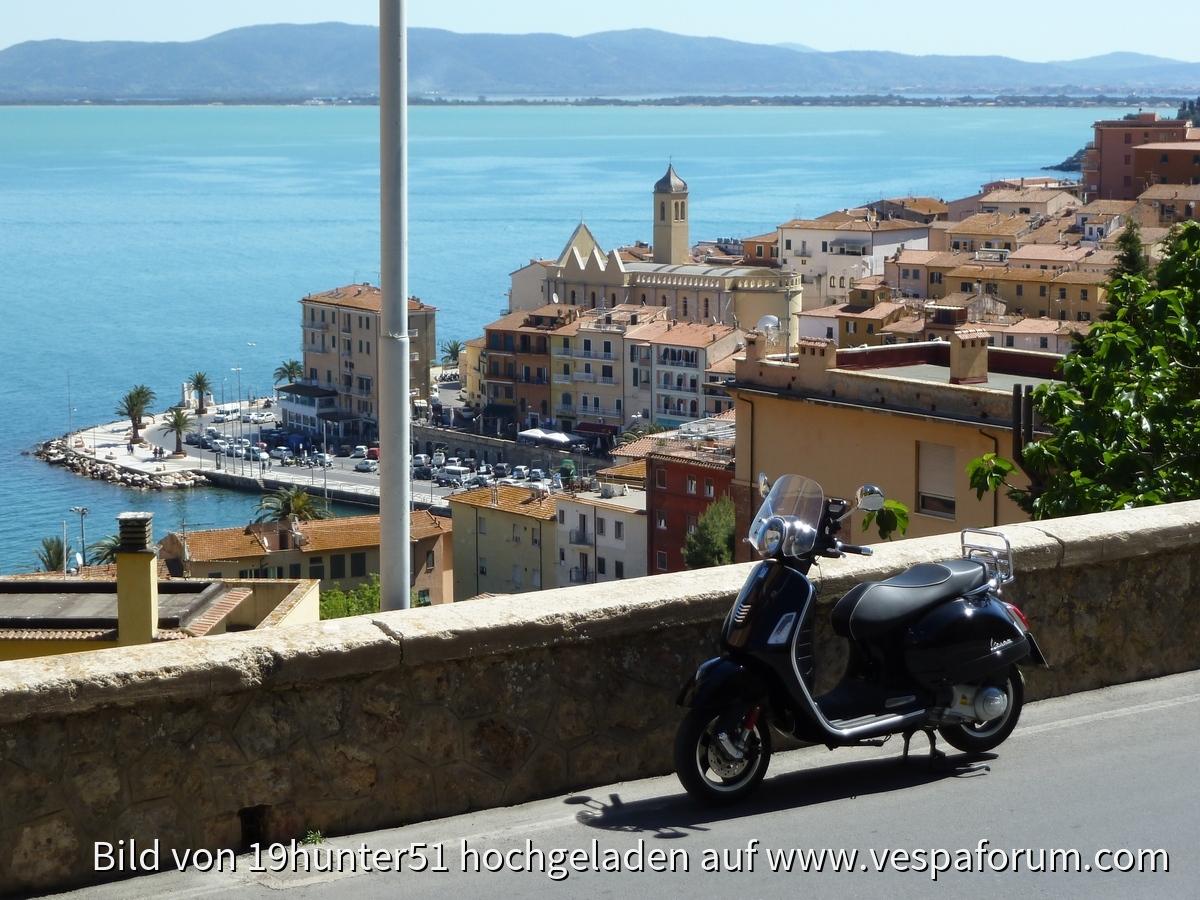 Porto Santo Stefano auf der Halbinsel Monte Argentario - Italien - Vespa GTS 300