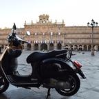 Salamanca, Spanien, Plaza Mayor, Vespa GTS 300